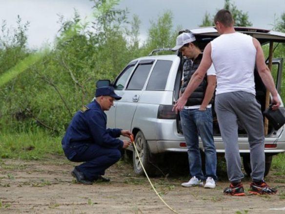 Полицейский измеряет расстояние от реки