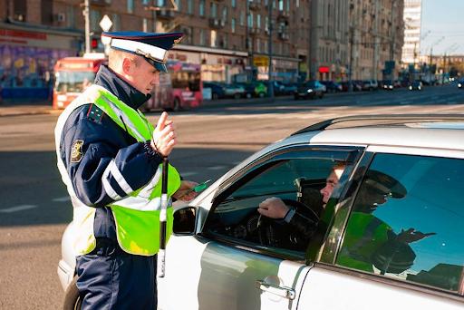 Инспектор остановил машину