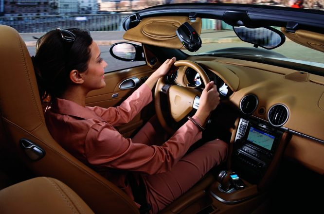 Девушка за рулем авто