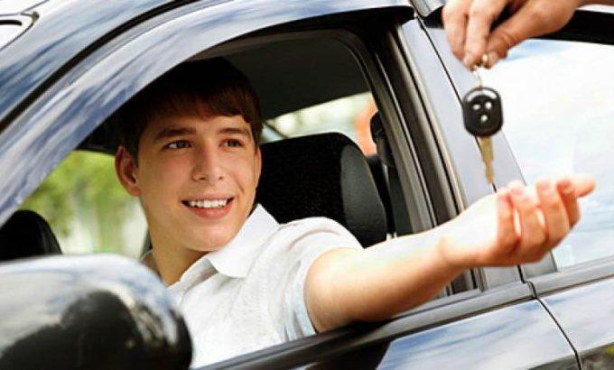 Подросток за рулем авто