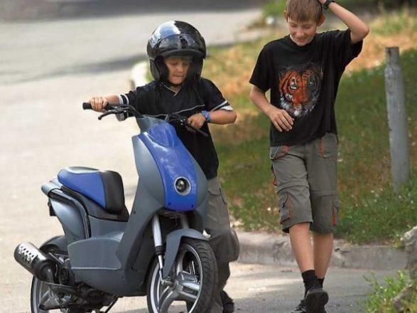 Дети со скутером