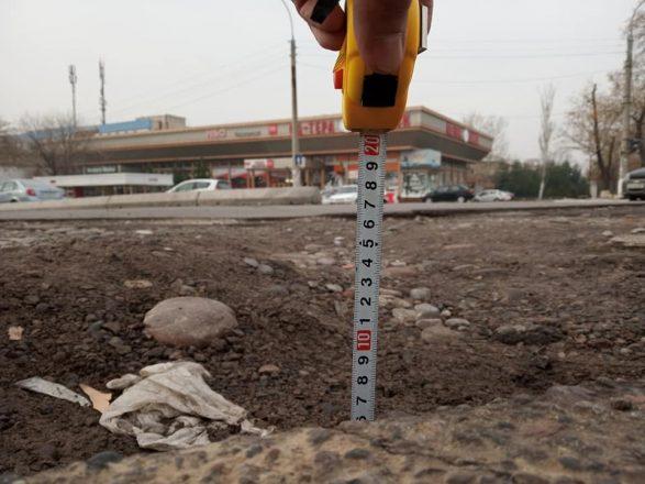 Замеры ямы на дороге