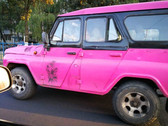 Розовый УАЗ