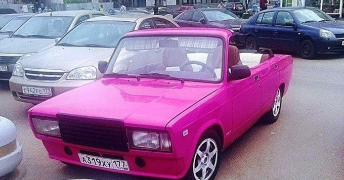 Розовый переделанный автомобиль под кабриолет