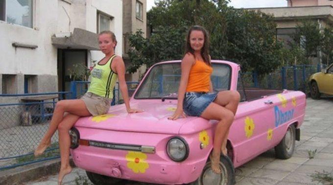 Две девушки на капоте розового авто