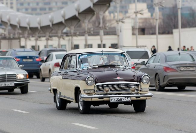 Ретро-автомобиль на улицах Москвы