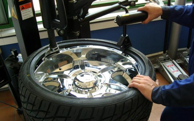 Снятие шины с колеса