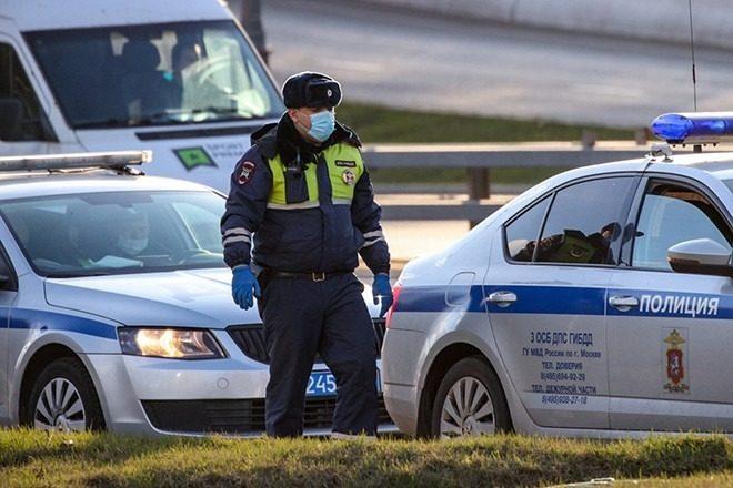 Полицейский в медицинской маске