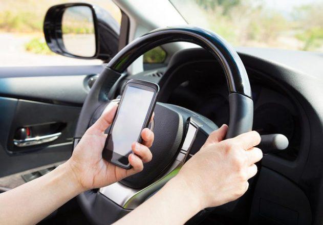 Мобильный телефон в руке водителя