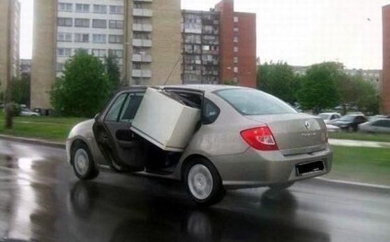 Холодильник торчит из машины