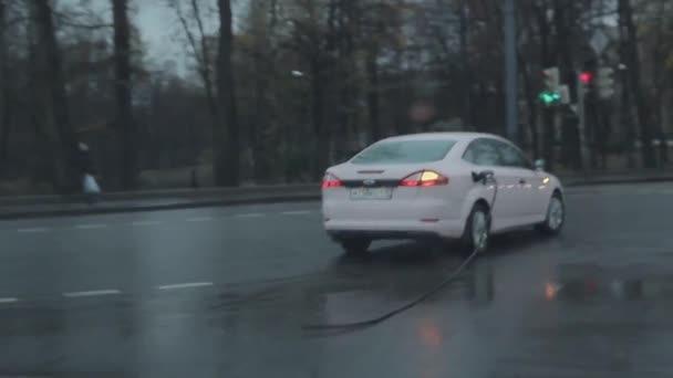 Машина едет со шлангом от бензина