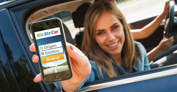 Девушка показывает BlaBlaCar в телефоне