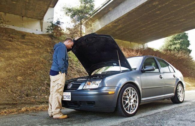 Мужчина открыл капот машины