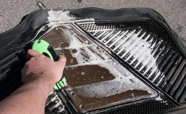 Мытье автомобильного коврика