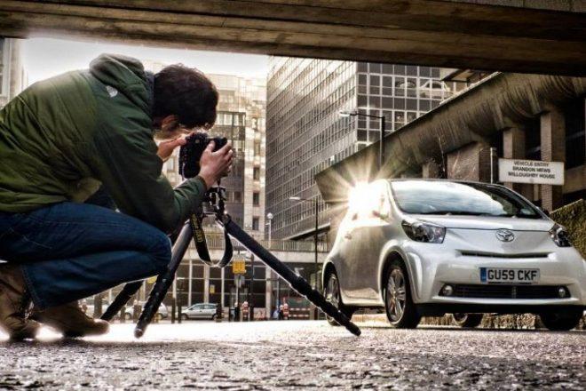 Фотограф снимает автомобиль