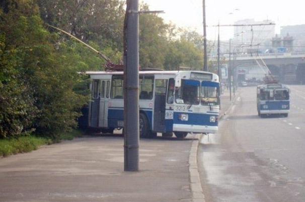 Троллейбус выезжает из кустов
