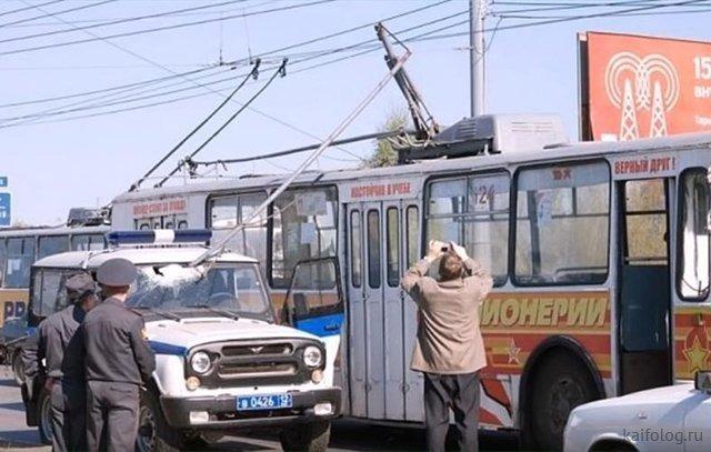 Троллейбус и милицейская машина
