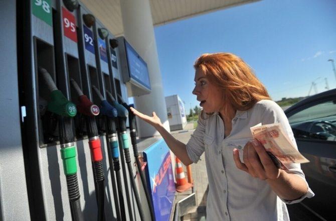 Удивленная девушка на бензоколонке