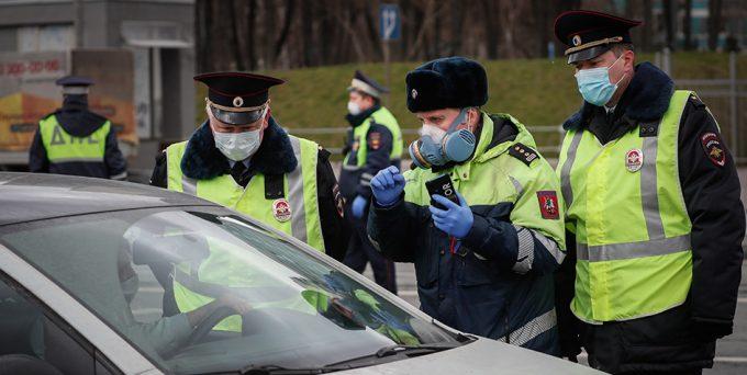 Полицейские в масках остановили машину