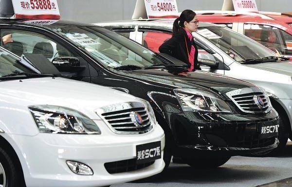 Машины в китайском автосалоне