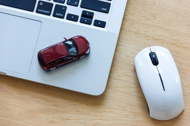 Ноутбук, мышка и игрушечная машинка
