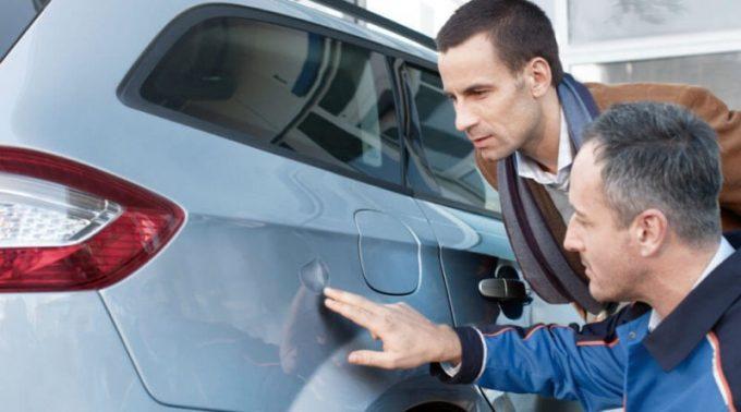 Мужчины осматривают авто