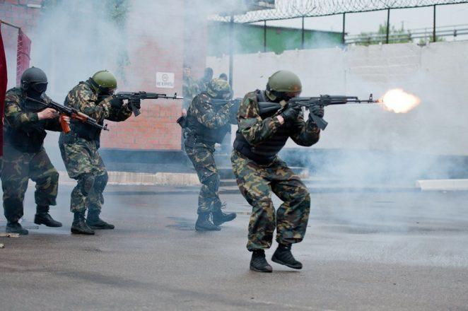 Военные стреляют из автоматов