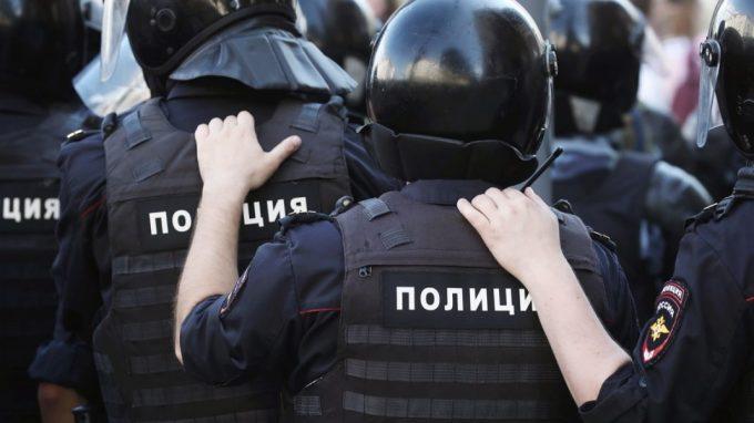 Полицейские в шлемах и бронежилетах