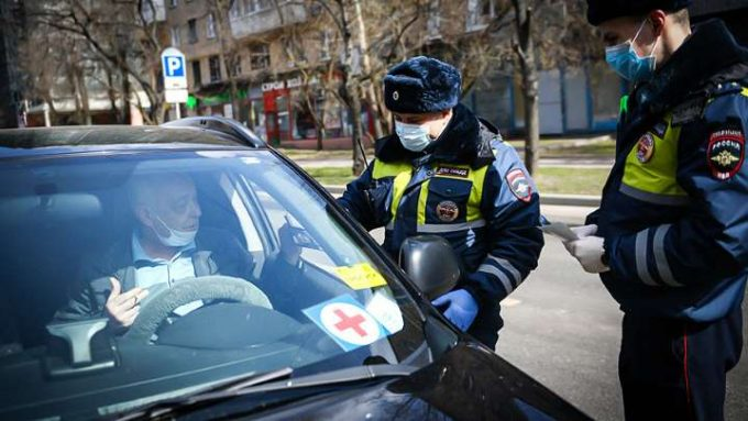 Гаишник в маске остановил машину