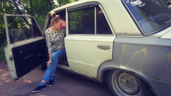 Старая машина и девушка