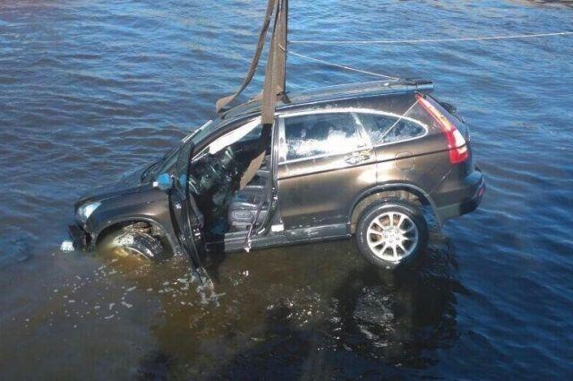 Машину вытягивают из воды