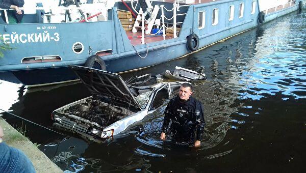 Машина в Москва-реке