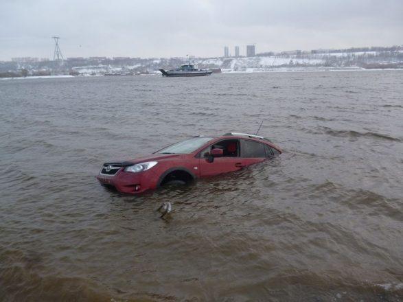 Машина утонула в реке