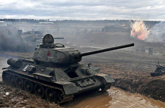 Танк Т-34 едет по грязи