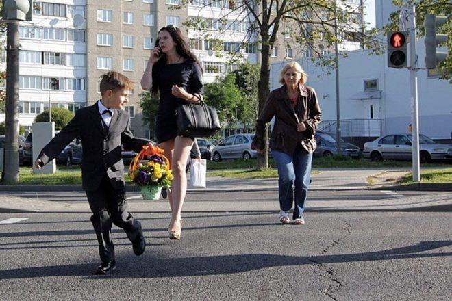 Женщина с ребенком переходит улицу