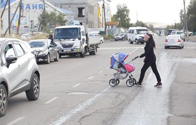 Женщина с коляской на дороге
