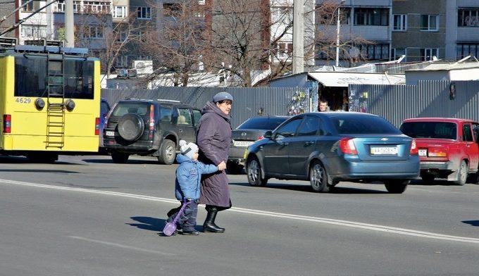 Женщина с ребенком на дороге