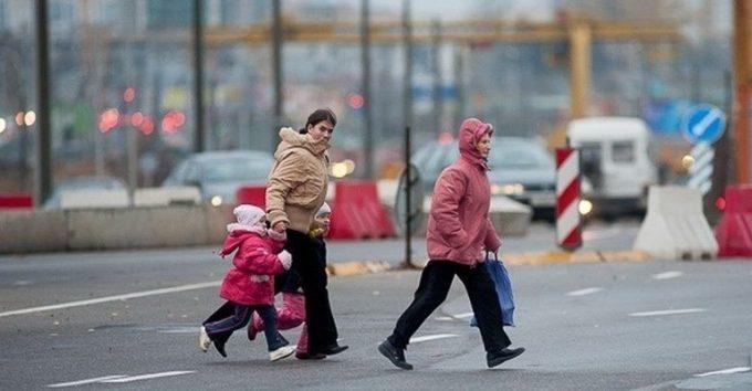 Женщины с ребенком на дороге