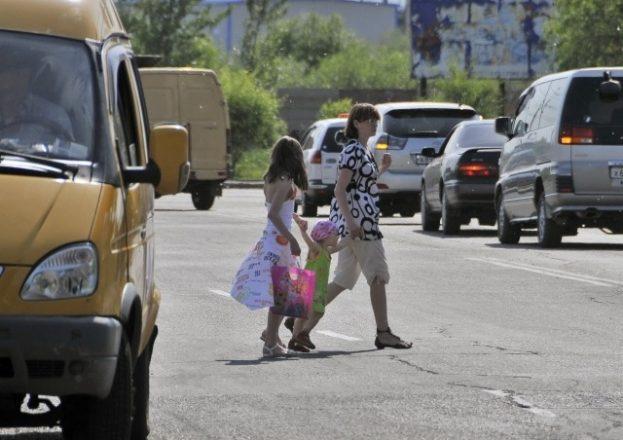 Женщина с детьми на дороге