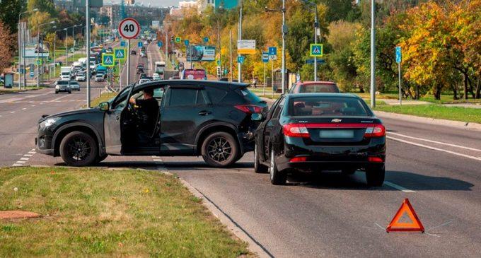 Две машины на дороге попали в ДТП