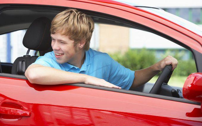 Студент за рулем авто