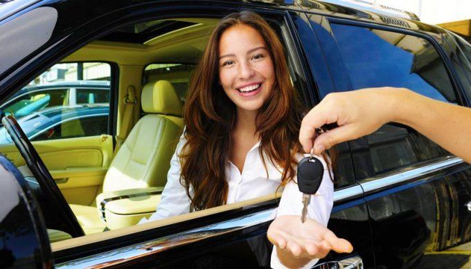 Девушка в машине берет ключи