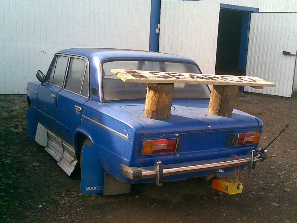 Машина с приклеенной скамейкой