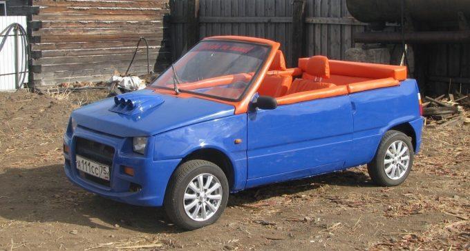 Переделанная сине-оранжевая Ока без крыши
