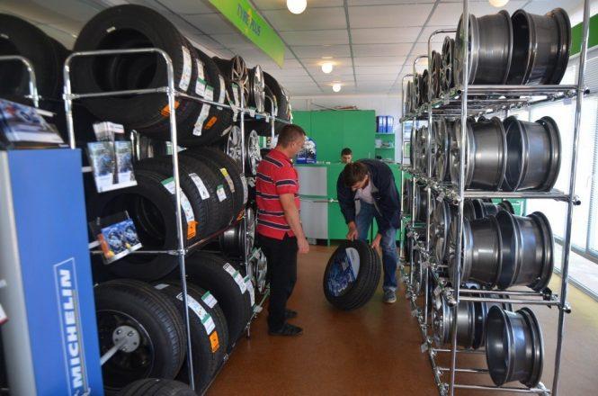 Мужчины выбирают шины