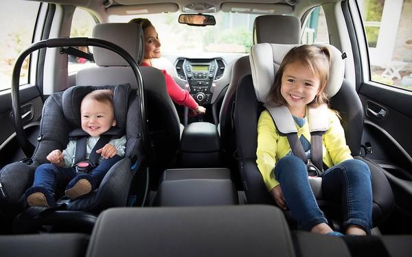 Детские автокресла на заднем сидении авто
