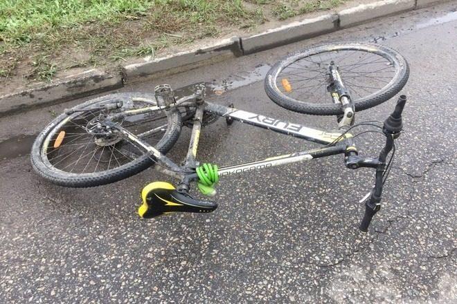Упавший велосипед на дороге