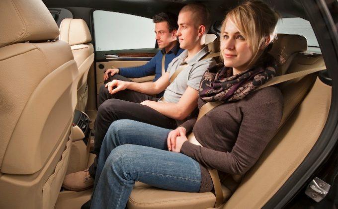 Три человека на заднем сидении авто