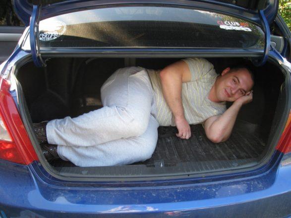 Мужчина в багажнике авто
