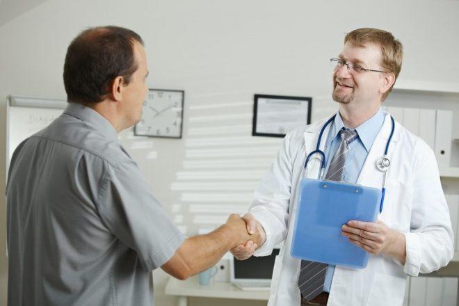 Мужчина здоровается с врачом